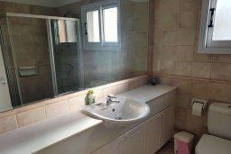 Ванная комната. Кипр, Пафос город : Апартамент в комплексе с 2-мя бассейнами и зеленой территорией, с гостиной, тремя спальнями, двумя ванными комнатами и балконом