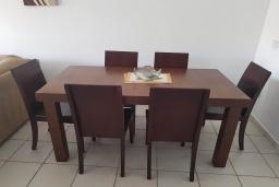 Обеденная зона. Кипр, Пафос город : Апартамент в комплексе с 2-мя бассейнами и зеленой территорией, с гостиной, двумя спальнями и балкон