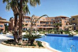 Бассейн. Кипр, Пафос город : Апартамент в комплексе с 2-мя бассейнами и зеленой территорией, с гостиной, отдельной спальней и балконом