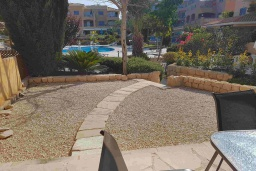 Терраса. Кипр, Пафос город : Прекрасная вилла с 4-мя спальнями, 2-мя ванными комнатами, с большой террасой с патио, расположена в комплексе с двумя бассейнами