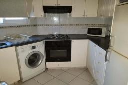 Кухня. Кипр, Пафос город : Прекрасная вилла с 4-мя спальнями, 2-мя ванными комнатами, с большой террасой с патио, расположена в комплексе с двумя бассейнами