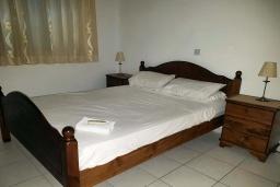 Спальня. Кипр, Пафос город : Прекрасная вилла с 4-мя спальнями, 2-мя ванными комнатами, с большой террасой с патио, расположена в комплексе с двумя бассейнами