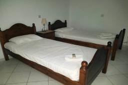 Спальня 2. Кипр, Пафос город : Прекрасная вилла с 4-мя спальнями, 2-мя ванными комнатами, с большой террасой с патио, расположена в комплексе с двумя бассейнами
