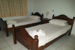 Спальня 3. Кипр, Пафос город : Прекрасная вилла с 4-мя спальнями, 2-мя ванными комнатами, с большой террасой с патио, расположена в комплексе с двумя бассейнами