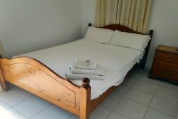 Спальня 4. Кипр, Пафос город : Прекрасная вилла с 4-мя спальнями, 2-мя ванными комнатами, с большой террасой с патио, расположена в комплексе с двумя бассейнами