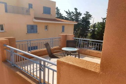 Балкон. Кипр, Пафос город : Прекрасная вилла с 4-мя спальнями, 2-мя ванными комнатами, с большой террасой с патио, расположена в комплексе с двумя бассейнами