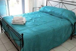 Спальня 2. Кипр, Пафос город : Прекрасная вилла с большой террасой в комплексе с двумя бассейнами, 3 спальни, парковка, Wi-Fi