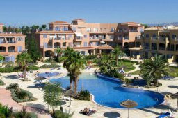 Фасад дома. Кипр, Пафос город : Прекрасная вилла с большой террасой в комплексе с двумя бассейнами, 3 спальни, парковка, Wi-Fi