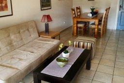 Гостиная. Кипр, Пафос город : Апартамент в комплексе с бассейном, с гостиной, отдельной спальней и террасой