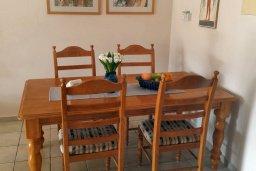 Обеденная зона. Кипр, Пафос город : Апартамент в комплексе с бассейном, с гостиной, отдельной спальней и террасой
