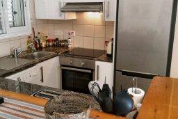 Кухня. Кипр, Пафос город : Апартамент в комплексе с бассейном, с гостиной, отдельной спальней и террасой