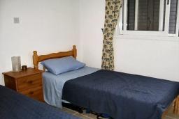 Спальня 3. Кипр, Пафос город : Апартамент в комплексе с бассейном, с гостиной, тремя спальнями, двумя ванными комнатами и балконом