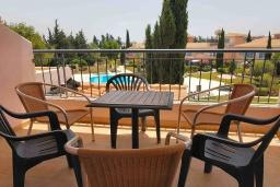 Балкон. Кипр, Пафос город : Апартамент в комплексе с бассейном, с гостиной, тремя спальнями, двумя ванными комнатами и балконом