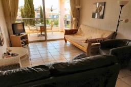 Гостиная. Кипр, Пафос город : Апартамент в комплексе с бассейном, с гостиной, тремя спальнями, двумя ванными комнатами и балконом