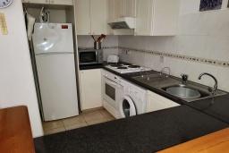 Кухня. Кипр, Пафос город : Апартамент в комплексе с бассейном, с гостиной, тремя спальнями, двумя ванными комнатами и балконом