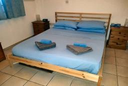 Спальня. Кипр, Пафос город : Апартамент в комплексе с бассейном, с гостиной, тремя спальнями, двумя ванными комнатами и балконом