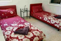 Спальня 2. Кипр, Пафос город : Прекрасная вилла с террасой в комплексе с большим бассейном, 3 спальни, 2 ванные комнаты, парковка, Wi-Fi
