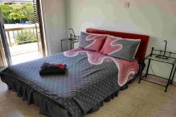 Спальня. Кипр, Пафос город : Прекрасная вилла с террасой в комплексе с большим бассейном, 3 спальни, 2 ванные комнаты, парковка, Wi-Fi