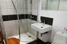 Ванная комната. Кипр, Пафос город : Прекрасная вилла с террасой в комплексе с большим бассейном, 3 спальни, 2 ванные комнаты, парковка, Wi-Fi