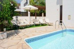 Зона отдыха у бассейна. Кипр, Корал Бэй : Прекрасная вилла с бассейном и зоной отдыха с барбекю, 3 спальни, 2 ванные комнаты, парковка, Wi-Fi