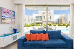 Гостиная. Кипр, Каво Марис Протарас : Шикарная вилла с панорамным видом на море, с 5-ю спальнями, 5-ю ванными комнатами, с бассейном, террасой с патио и барбекю, садом на крыше и джакузи