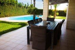 Терраса. Кипр, Декелия - Пила : Великолепная вилла с большим бассейном и зеленым двориком, 4 спальни, 2 ванные комнаты, парковка, Wi-Fi