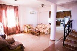 Гостиная. Кипр, Декелия - Пила : Великолепная вилла с большим бассейном и зеленым двориком, 4 спальни, 2 ванные комнаты, парковка, Wi-Fi
