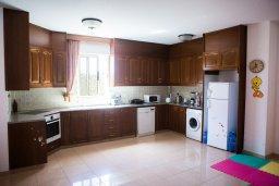 Кухня. Кипр, Декелия - Пила : Великолепная вилла с большим бассейном и зеленым двориком, 4 спальни, 2 ванные комнаты, парковка, Wi-Fi