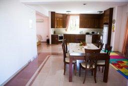 Обеденная зона. Кипр, Декелия - Пила : Великолепная вилла с большим бассейном и зеленым двориком, 4 спальни, 2 ванные комнаты, парковка, Wi-Fi