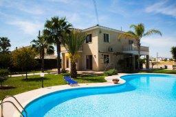 Вид на виллу/дом снаружи. Кипр, Декелия - Пила : Великолепная вилла с большим бассейном и зеленым двориком, 4 спальни, 2 ванные комнаты, парковка, Wi-Fi