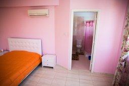 Спальня. Кипр, Декелия - Пила : Великолепная вилла с большим бассейном и зеленым двориком, 4 спальни, 2 ванные комнаты, парковка, Wi-Fi