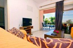 Гостиная. Кипр, Киссонерга : Уютная вилла с панорамным видом на Средиземное море, с 2-мя спальнями, с бассейном, садом с барбекю и террасой на крыше