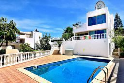 Фасад дома. Кипр, Киссонерга : Шикарная вилла с панорамным видом на Средиземное море, с 4-мя спальнями, с бассейном, солнечной террасой с патио и барбекю