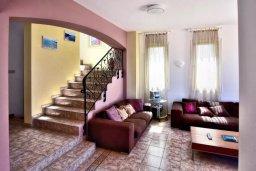 Гостиная. Кипр, Киссонерга : Шикарная вилла с панорамным видом на Средиземное море, с 4-мя спальнями, с бассейном, солнечной террасой с патио и барбекю