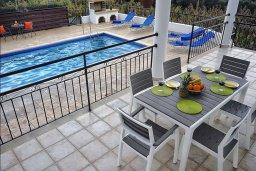 Терраса. Кипр, Си Кейвз : Уютная вилла с 3-мя спальнями, с бассейном, тенистой террасой с патио, расположена в эксклюзивном районе Sea Caves
