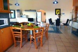 Гостиная. Кипр, Си Кейвз : Уютная вилла с 3-мя спальнями, с бассейном, тенистой террасой с патио, расположена в эксклюзивном районе Sea Caves