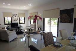 Гостиная. Кипр, Куклия : Шикарная вилла с большим бассейном и зеленой территорией, 4 спальни, 4 ванные комнаты, солярий на крыше, барбекю, парковка, Wi-Fi