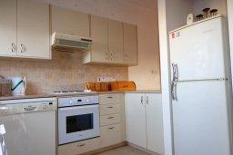 Кухня. Кипр, Мандриа : Апартамент в комплексе с бассейном, с гостиной, двумя спальнями и балконом