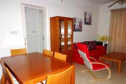 Гостиная. Кипр, Мандриа : Апартамент в комплексе с бассейном, с гостиной, двумя спальнями и балконом