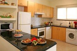 Кухня. Кипр, Куклия : Прекрасная вилла с бассейном и красивым садом, 3 спальни, 2 ванные комнаты, барбекю, парковка, Wi-Fi