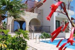 Фасад дома. Кипр, Куклия : Прекрасная вилла с бассейном и зеленым двориком с барбекю, 3 спальни, 2 ванные комнаты, парковка, Wi-Fi