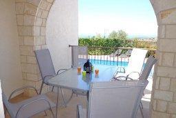 Терраса. Кипр, Куклия : Прекрасная вилла с бассейном и зеленым двориком с барбекю, 3 спальни, 2 ванные комнаты, парковка, Wi-Fi