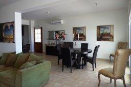 Гостиная. Кипр, Куклия : Восхитительная вилла с бассейном и зеленым двориком с барбекю, 3 спальни, 2 ванные комнаты, парковка, Wi-Fi