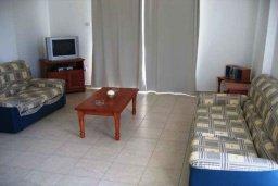 Гостиная. Кипр, Хлорака : Прекрасное бунгало с видом на море, с 2-мя спальнями, с бассейном, зелёным садом и барбекю