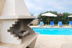 Бассейн. Кипр, Хлорака : Семейная вилла с видом на море, с 3-мя спальнями, с бассейном и зелёным двориком с барбекю