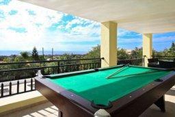 Терраса. Кипр, Си Кейвз : Восхитительная вилла с 3-мя спальнями, с бассейном, зелёным двориком с барбекю и просторной верандой с бильярдом и видом на Средиземное море