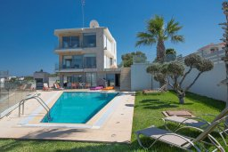 Фасад дома. Кипр, Каво Марис Протарас : Шикарная вилла с бассейном и видом на море, 6 спален, 5 ванных комнат, барбекю, сад, парковка, Wi-Fi