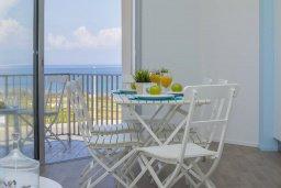 Гостиная. Кипр, Пернера : Современный апартамент в 100 метрах от пляжа, с гостиной, отдельной спальней и балконом с видом на море