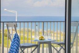 Вид на море. Кипр, Пернера : Современный апартамент в 100 метрах от пляжа, с гостиной, отдельной спальней и балконом с видом на море