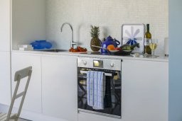 Кухня. Кипр, Пернера : Современный апартамент в 100 метрах от пляжа, с гостиной, отдельной спальней и балконом с видом на море
